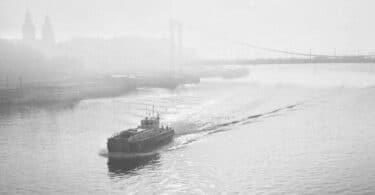 Őszi Erzsébet-híd és hajó